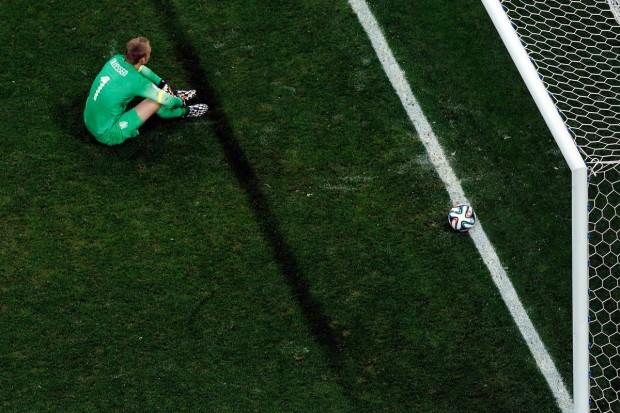 netherlands-goalie-jasper-cillessen-sits-stunned-after-losing-in-pks-to-argentina