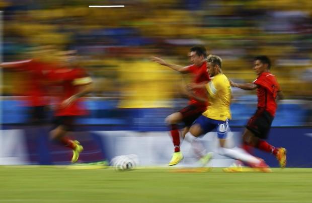 neymar-speeds-past-mexico-players
