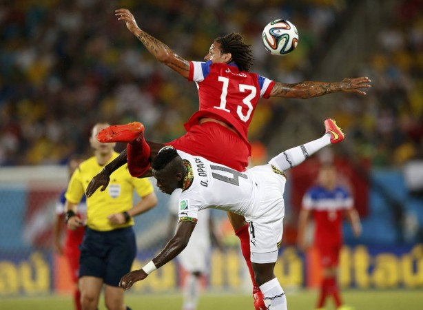 the-uss-jermaine-jones-and-ghanas-daniel-opare-collide-while-floating-through-the-air-to-get-the-ball